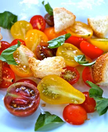 Pomidorowa sałatka z sosem picada