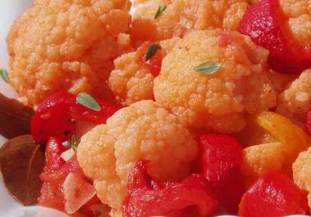 dietetyczna potrawa z kalafiora i pomidorów