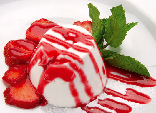 Panna cotta z musem truskawkowym