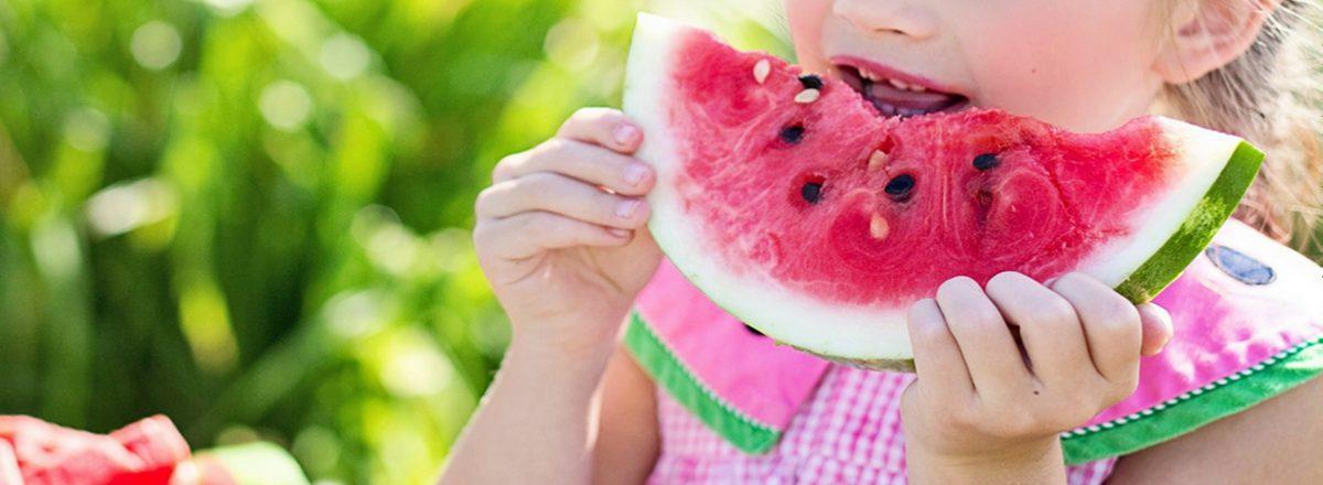 dziewczynka je arbuz
