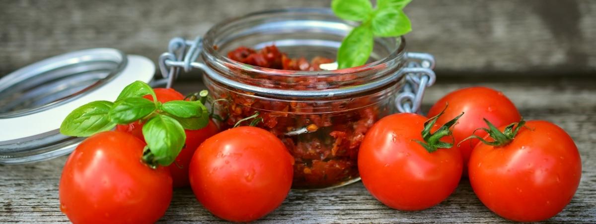słoik z pomidorami suszonymi i świeże pomidory